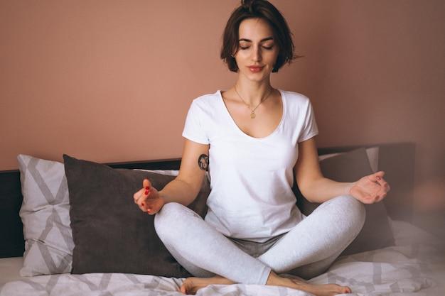 Cama de mujer yoga