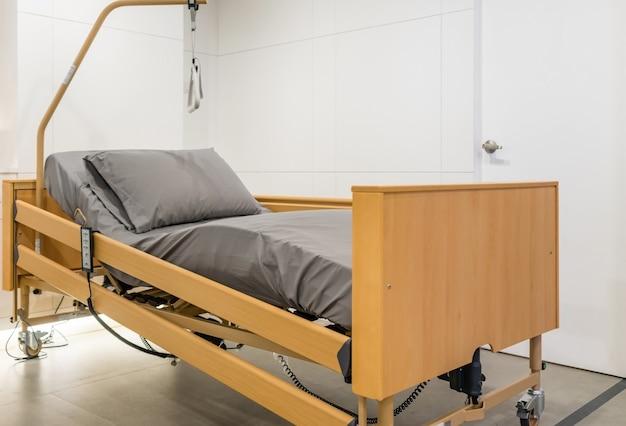 Cama de paciente eléctrica ajustable en la habitación del hospital. tecnología de servicios médicos y hospitalarios.