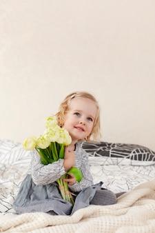 Cama pequeña en la cama con flores