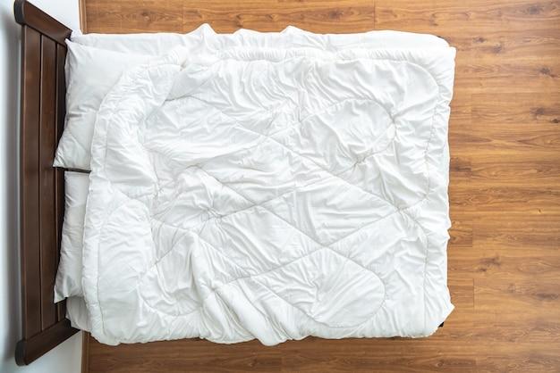 La cama con sábanas blancas. vista desde arriba