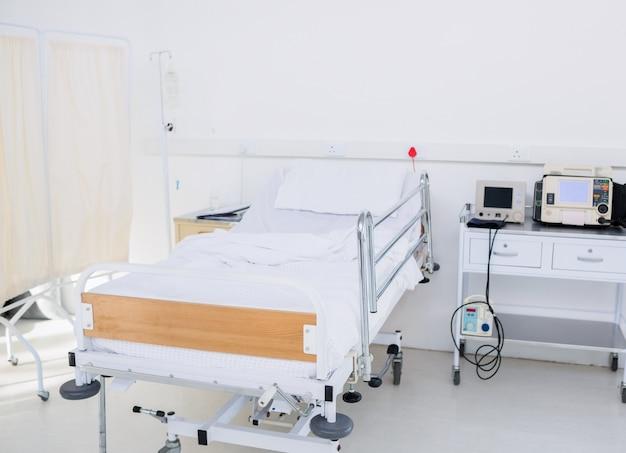 Cama vacía en la habitación del hospital