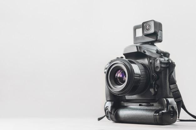 Cámara de acción con una cámara profesional.