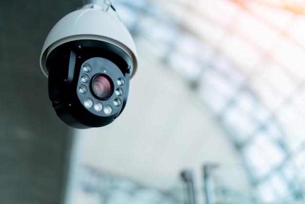 Cámara cctv instalar en concepto de ideas de sistema de seguridad de sala pública