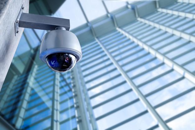 Cámara cctv de seguridad en edificio de oficinas