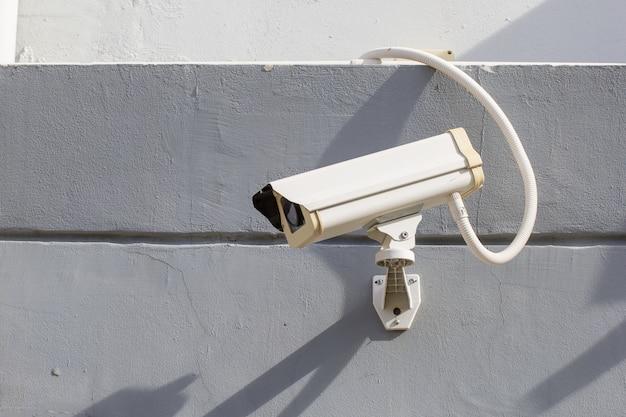 Cámara cctv de seguridad en muro de hormigón