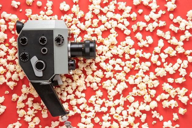 Cámara de cine vintage con palomitas de maíz