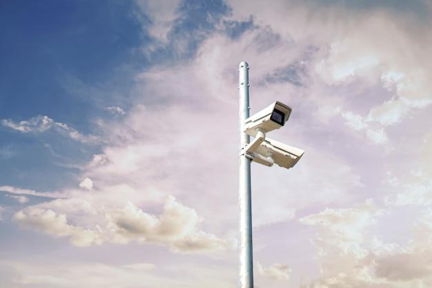 Una cámara de circuito cerrado de televisión en la calle de la ciudad, gran hermano y concepto de privacidad.