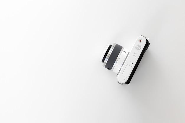 Cámara digital aislada sobre fondo blanco