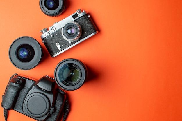 Cámara digital y cámara de cine con lentes.