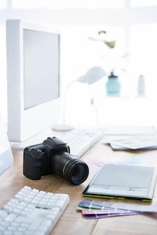 Cámara digital y muestras de color en un escritorio