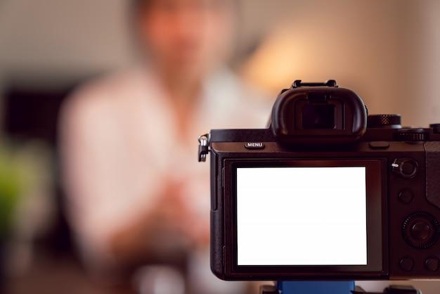 Cámara digital de pantalla en blanco para plantilla en publicidad.