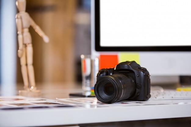 Cámara en fotografías en el escritorio de la computadora