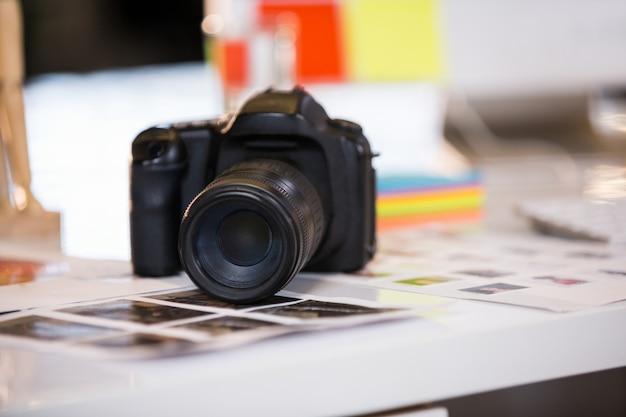 Cámara en fotografías en el escritorio