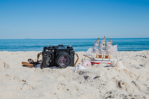 Cámara fotográfica y miniatura de buque