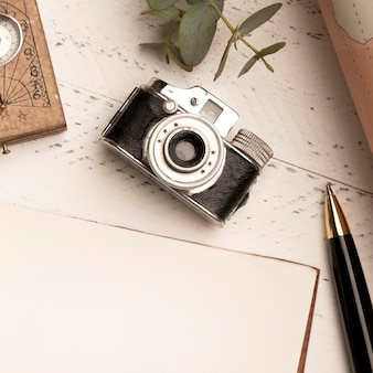 Cámara de fotos antigua vista superior para viajar Foto gratis