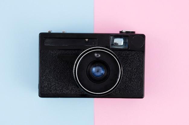 Cámara de fotos vintage de vista superior con fondo colorido