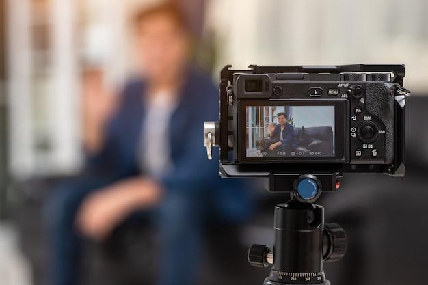 Cámara de grabación de video blog de blogger asiático de hombres en casa.
