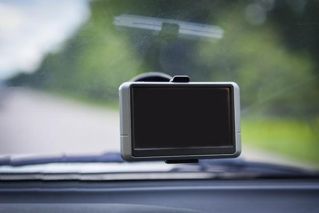 Cámara grabadora de coche con dispositivo navegador de coche gps en el cristal.