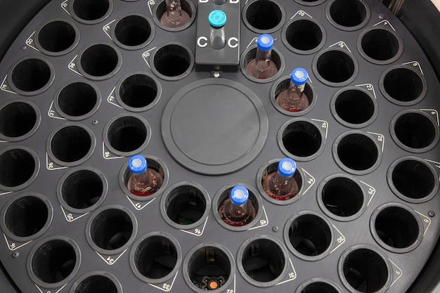 Una cámara de incubadora para botellas de hemocultivo.