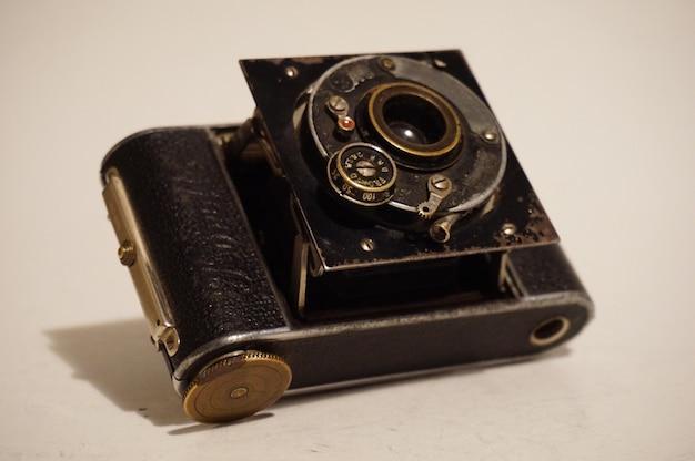 Cámara y lente de película fotográfica de época antigua, grado de museo