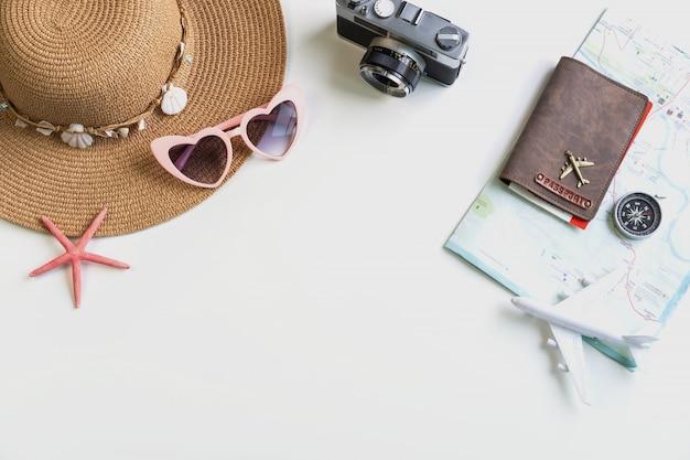 Cámara retro con accesorios de viaje y artículos, concepto de viaje
