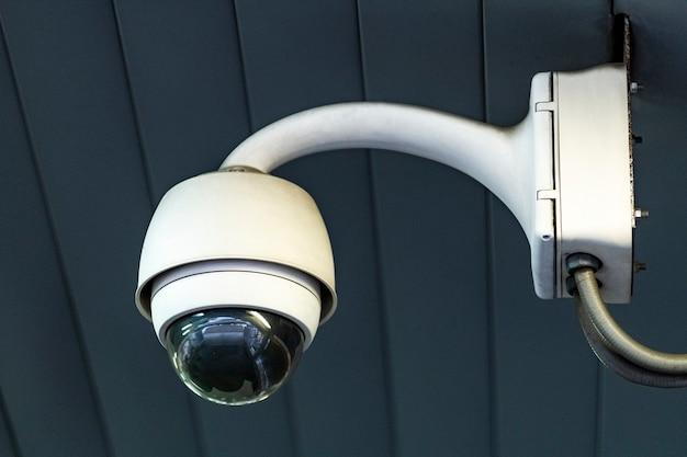 Cámara de seguridad cctv en el techo.