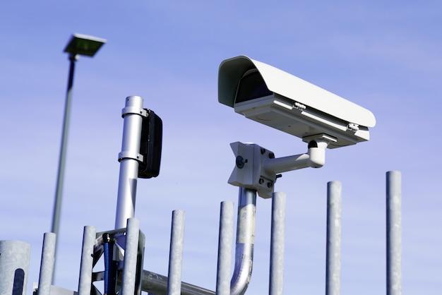 Cámara de seguridad de vigilancia cctv frente a un edificio en la ciudad