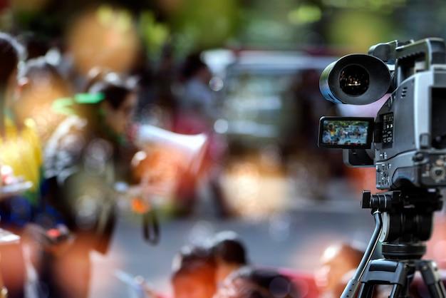 Cámara de video borrosa que toma actividad de grabación de video dentro del evento