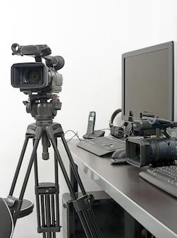 Cámara de video profesional y computadora para edición