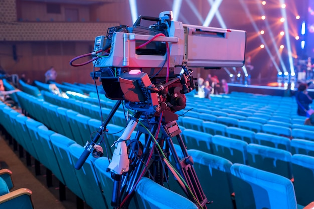 Cámara de video profesional sobre trípode con pantalla para eventos y transmisión de tv