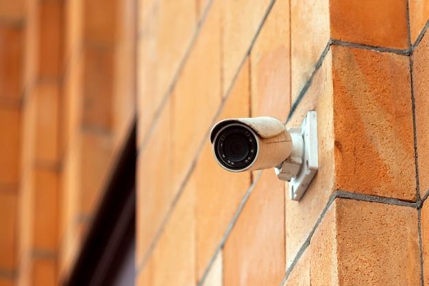 Cámara de video con sistema de seguridad en la pared del edificio.