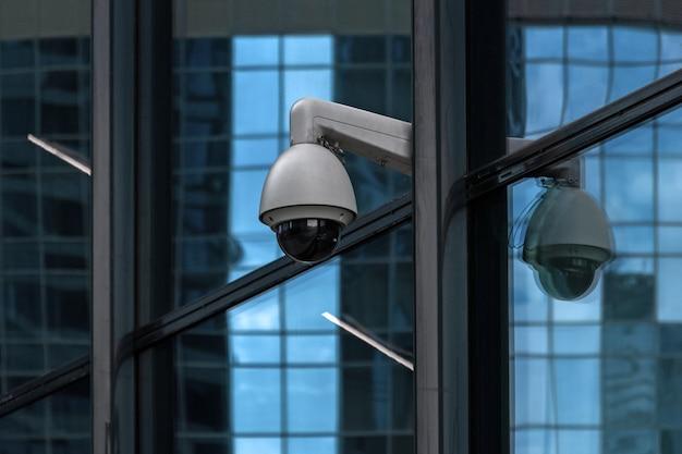 Cámara de vigilancia en edificio de oficinas de vidrio