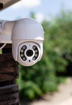 Cámara de vigilancia ip cctv wifi en tecnología de seguridad para el hogar en el patio trasero