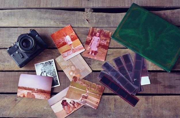 Cámara vintage con fotografías antiguas y fotolibros.