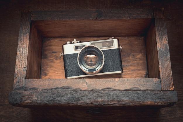 Cámara vintage en un viejo cofre de madera