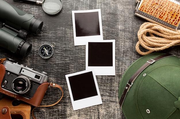 Cámara de vista superior con fotos en una mesa