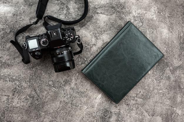 Cámaras fotográficas y una libreta