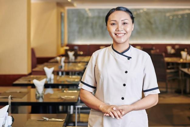 Camarera asiática en restaurante