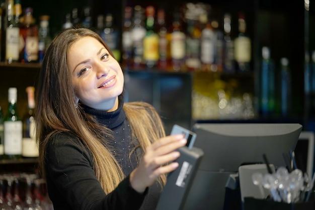 La camarera en la caja registradora