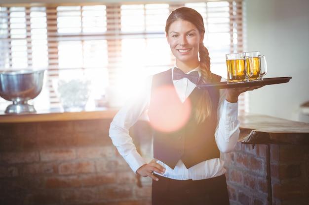 Camarera con cervezas