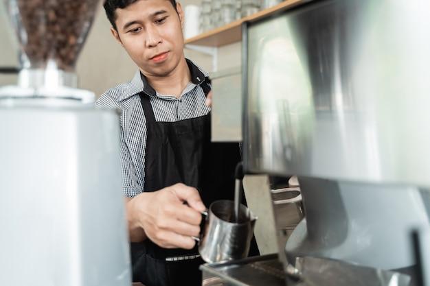 Camarera hace café con una cafetera