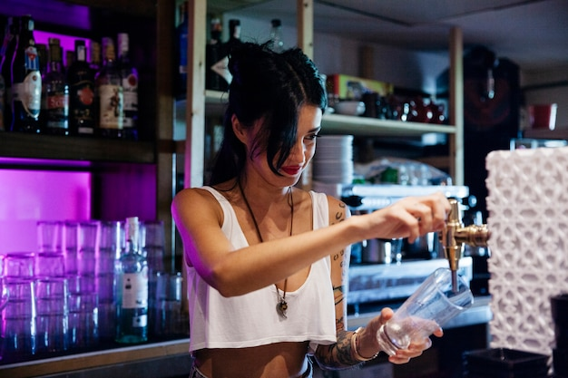 Camarera haciendo una cerveza