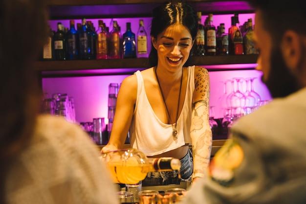 Camarera haciendo un cóctel