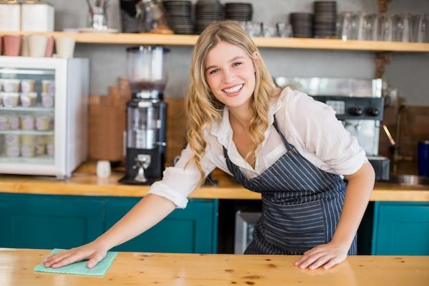 Camarera, limpieza, mostrador de café