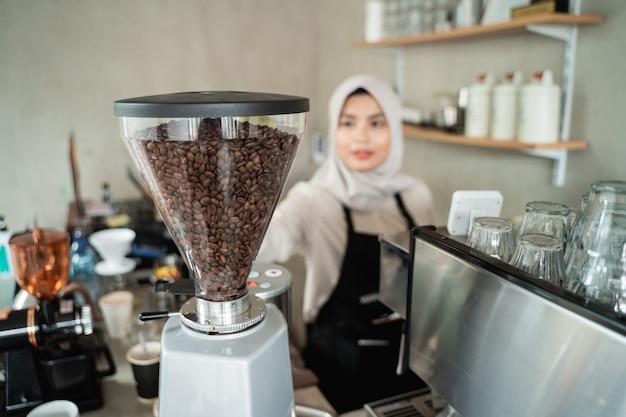 Camarera con un molinillo de café