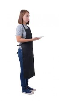 Camarera, repartidor o mujer de servicio en camisa gris y delantal aislados sobre fondo blanco