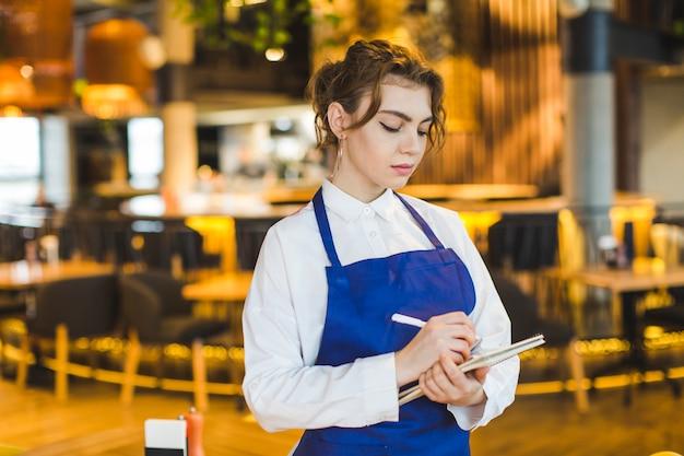Camarera en restaurante