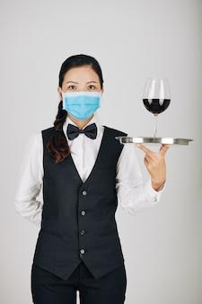 Camarera sirviendo vino tinto