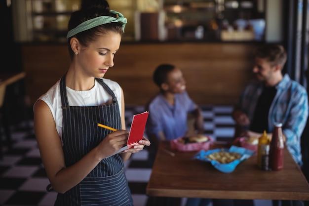 Camarera tomando orden en el restaurante