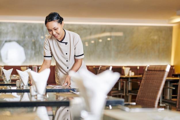 Camarera trabajando en restaurante
